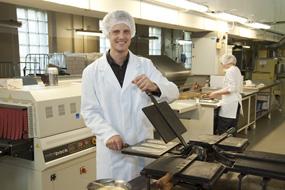 Guido Straumann bäckt das Produkt von Hand